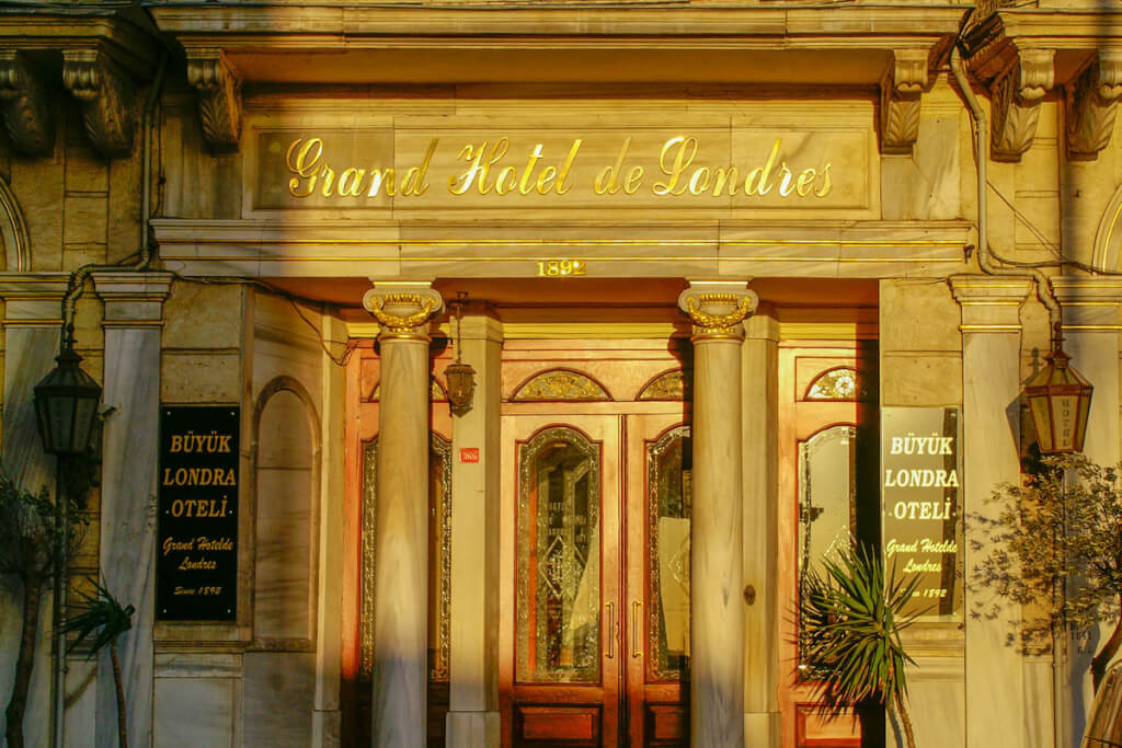 Der imposante Eingang des Hotels © Siegbert Mattheis