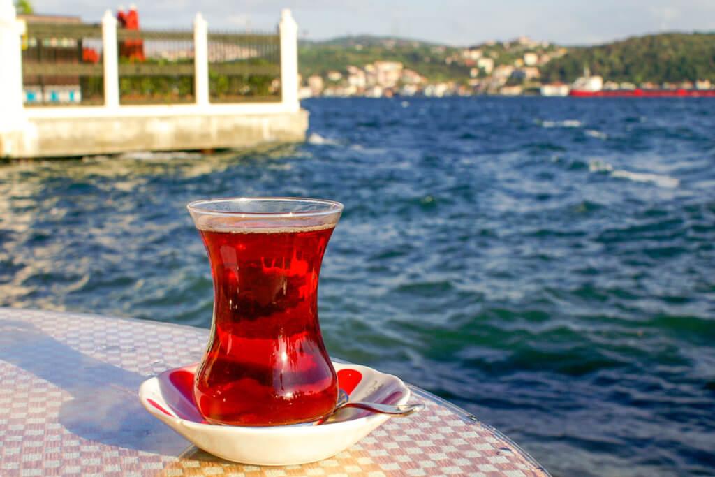 Ein Glas türkischen Tees in einem der vielen Cafès am Bosporus © Siegbert Mattheis