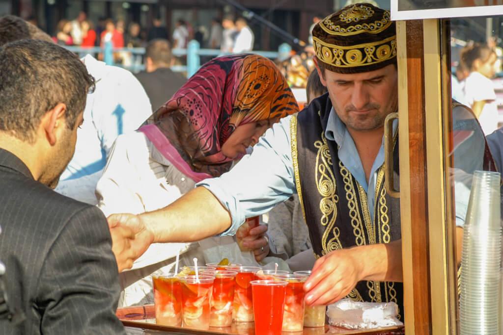 Fliegende Händler verkaufen Tursu zum balik ekmek © Siegbert Mattheis