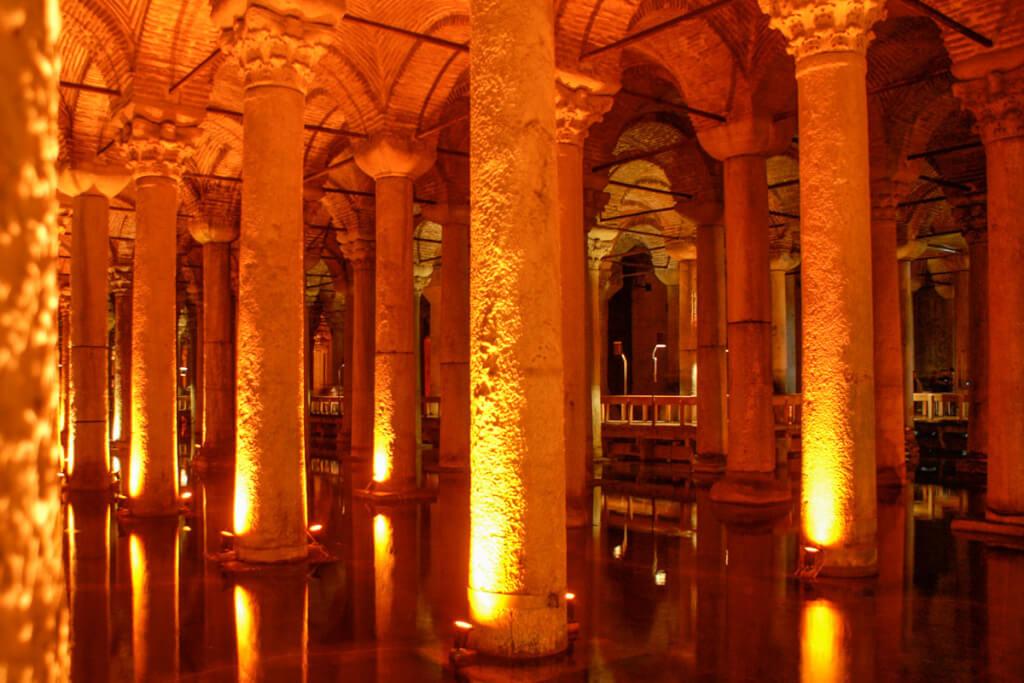 Auf Holzstegen wandeln Sie durch die beeindruckenden Säulengewölbe der Zisterne © Siegbert Mattheis