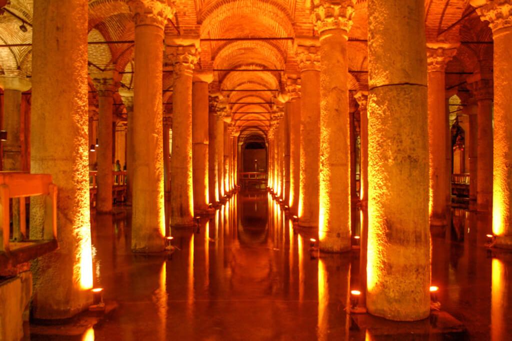 Insgesamt 336 Säulen mit korinthischen Kapitellen, dramatisch beleuchtet © Siegbert Mattheis