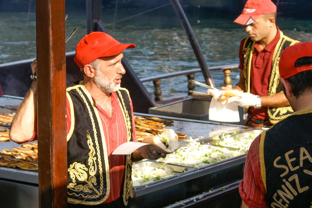 Balik ekmek wird direkt von den Booten aus verkauft © Siegbert Mattheis