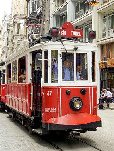 Historische Straßenbahn auf der Istiklal Caddesi