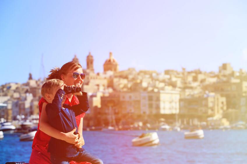 Ferien am Mittelmeer, Kind schaut durch ein Fernglas