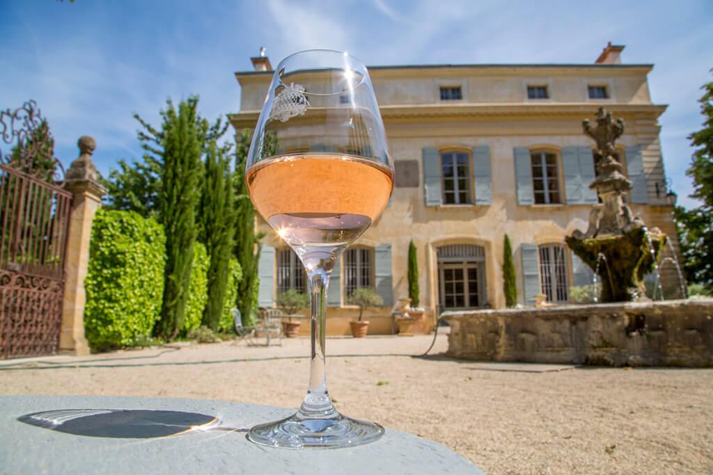 Ein Glas Roséwein im Schloss von Beaupré © Sophie Spiteri
