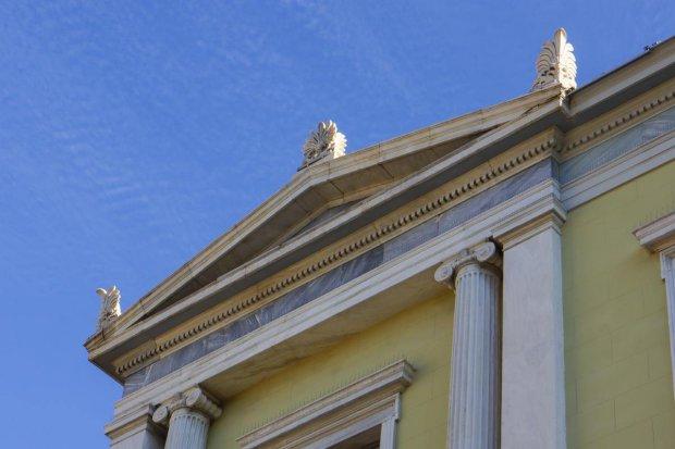Akrokeramo auf klassizistischem Gebäude