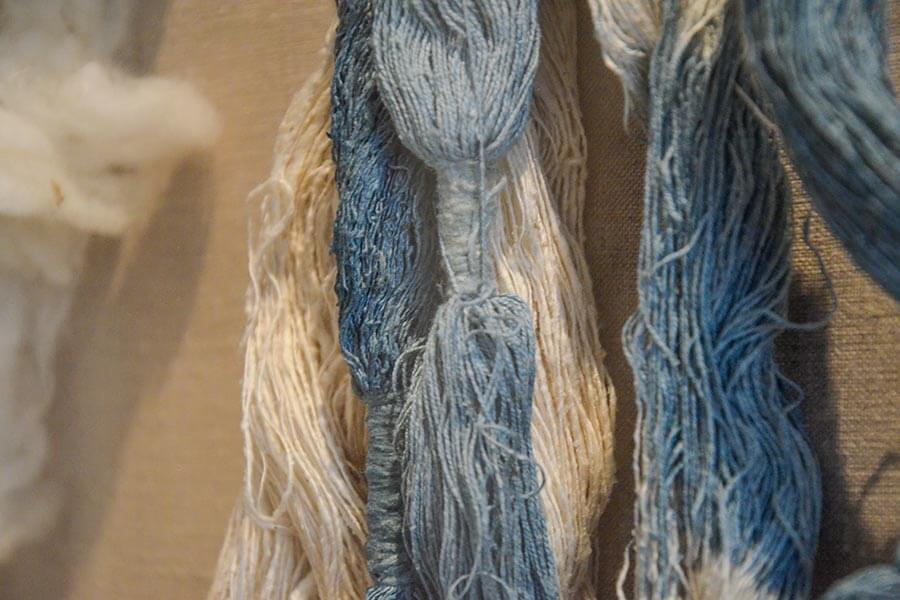 Mit dem Blau aus Genua eingefärbter Stoff im Museum von Nîmes © Siegbert Mattheis