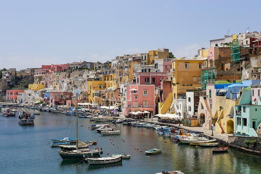 Mediterrane Farben in Procida, Italien