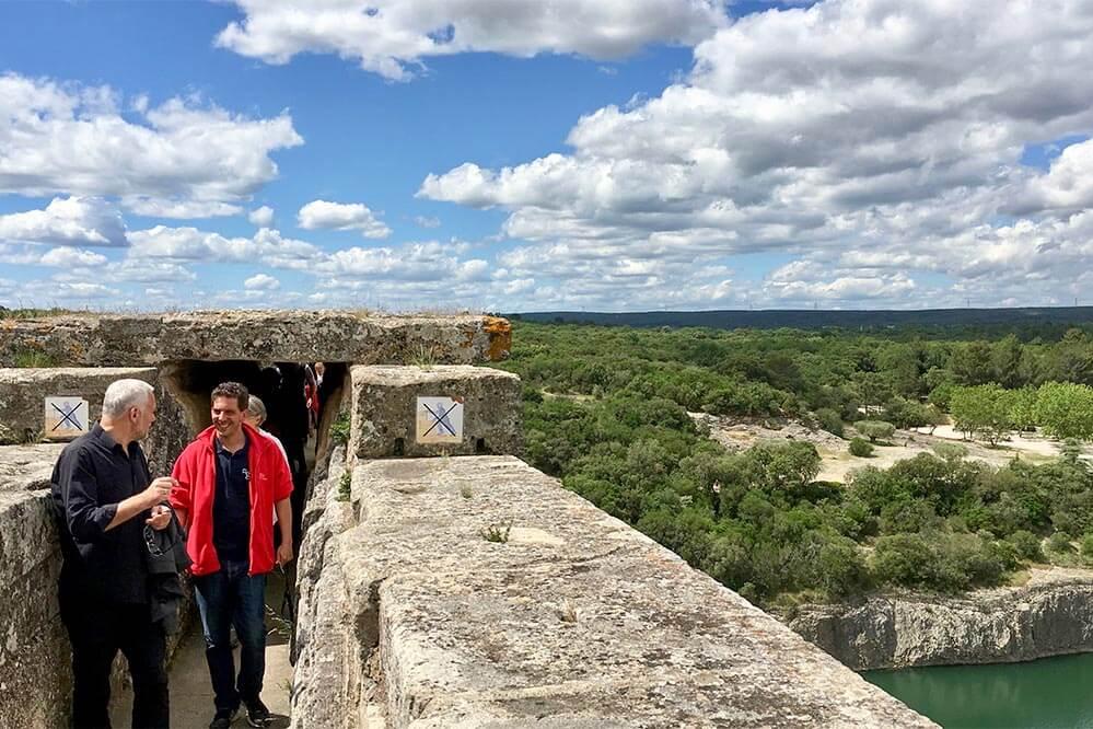 Pont du Gard-Führer Alejandro erklärt uns den Wasserlauf © Claudia Mattheis