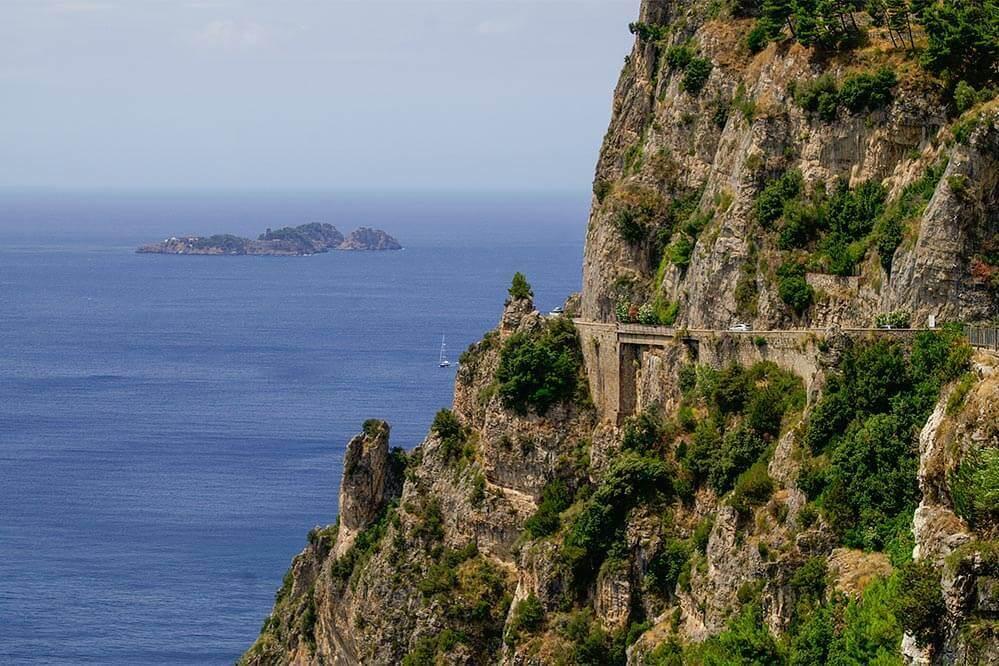 Weit oben verläuft die Amalfitana, links die 3 Inseln Li Galli, die Sireneninseln © Siegbert Mattheis