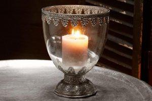 Brenndende Kerze im silbernen Windlicht