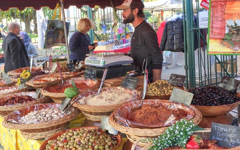 Oliven, Tapenade, getrocknete Tomaten uvm., hier auf dem Markt in Cassis