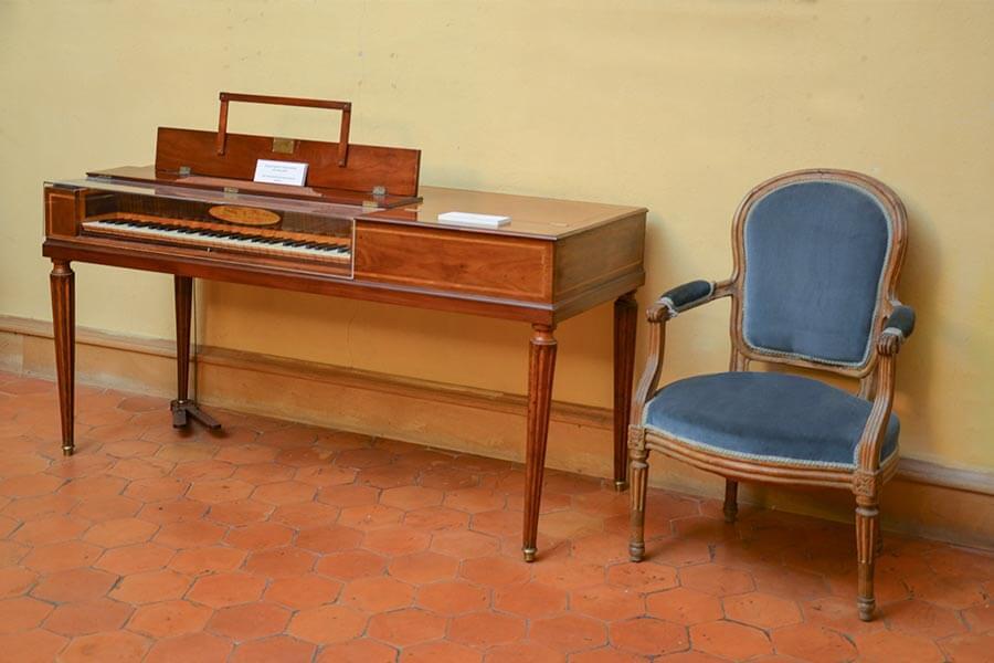 Links ein Klaviermöbel im Empire-Stil, rechts ein Sessel im Louis Seize-Stil @ Siegbert Mattheis