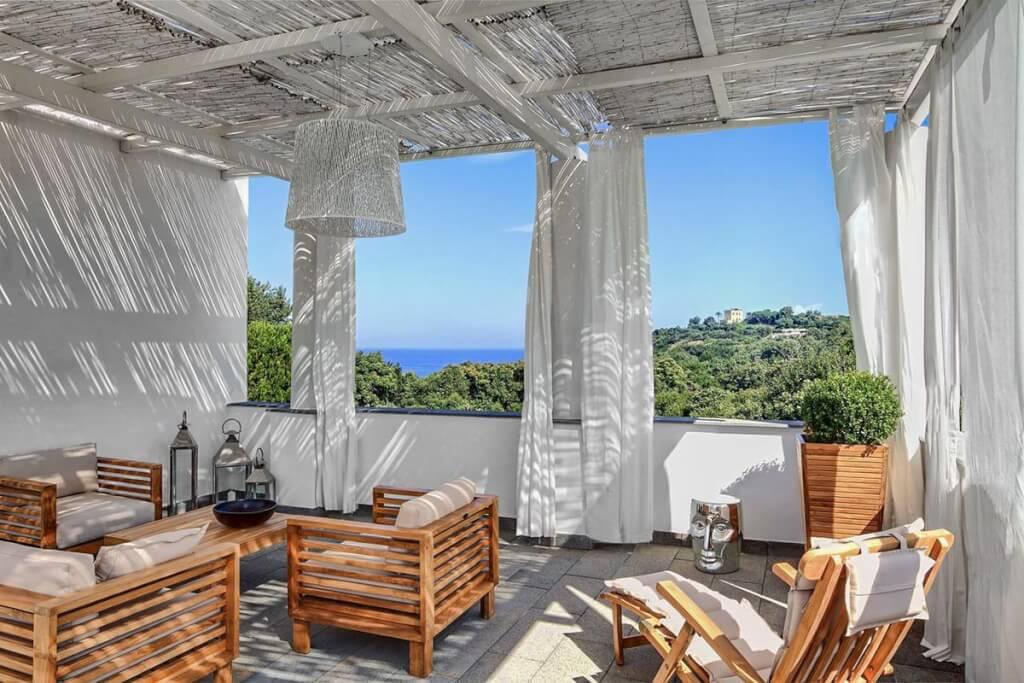 Edles Design, wehende weiße Vorhänge und Chillout-Musik am Pool im Hotel & Spa La Suite © Hotel & Spa La Suite