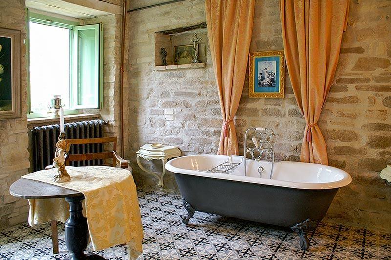 Freistehende Stahlemaille-Badewanne in einer italienischen Villa © Siegbert Mattheis