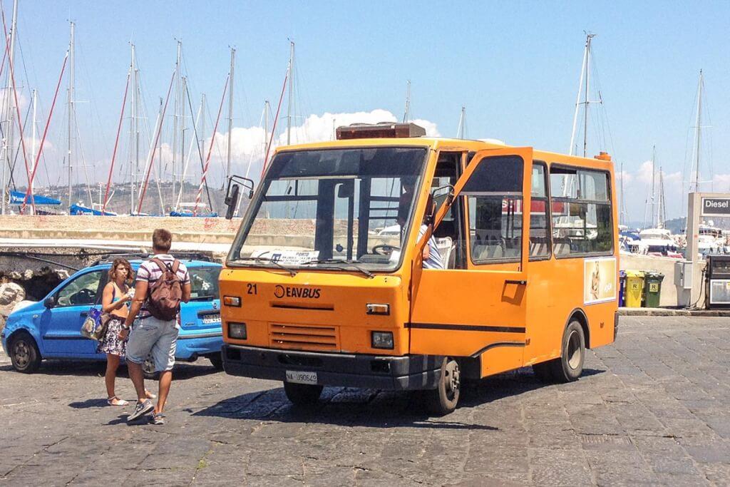 Das beste Verkehrsmittel auf Procida, die orangenen Busse © Siegbert Mattheis