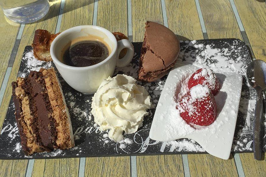 Café Gourmand in Nizza mit Macaron © Claudia Mattheis