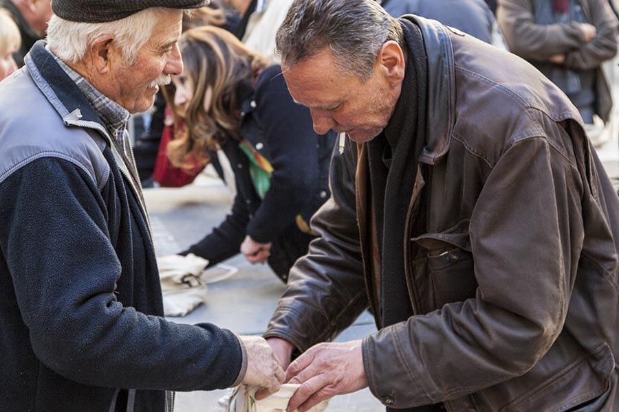 Großhändler beäugen kritisch die Ware auf dem Trüffelmarkt in Carpentras © OT Ventoux Provence