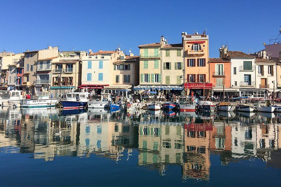 Die kleine beschauliche Hafenfront von Cassis