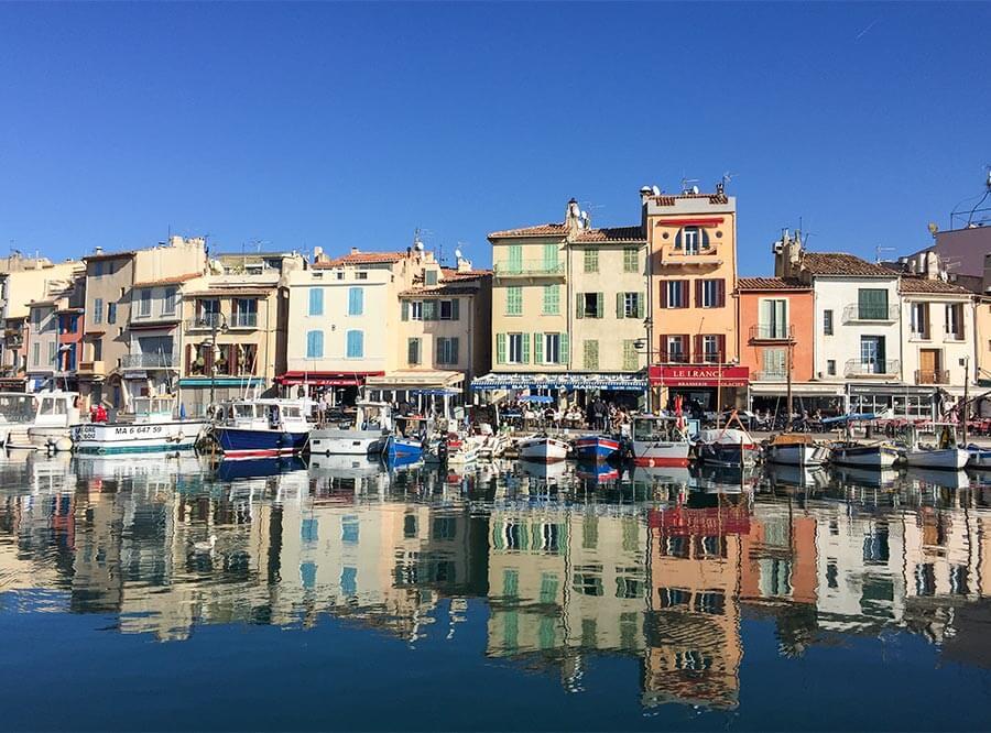 Die Hafenfront in Cassis mit Restaurants und kleinen Läden © Siegbert Mattheis