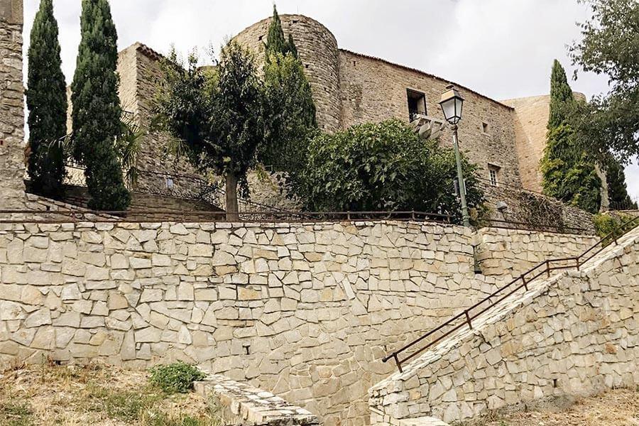 Die Burgmauer, Zugang vom Parkplatz © OT Le Castellet