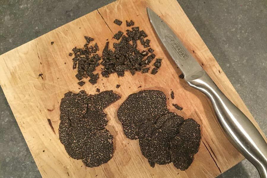 Trüffelrezept, die Trüffeln klein schneiden © Siegbert Mattheis