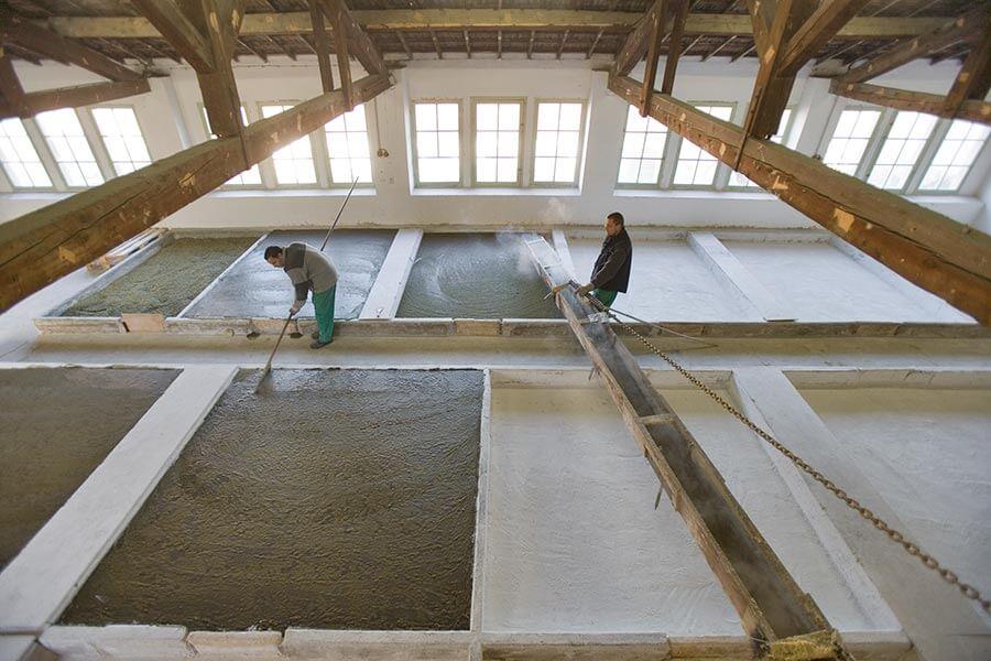 Die noch heiße und flüssige Seife wird in riesigen Becken getrocknet © Savonnerie Marius Fabre