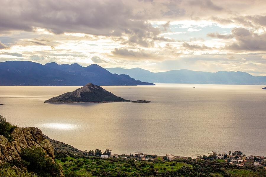 Atemberaubender Blick auf die unbewohnte Insel Moni