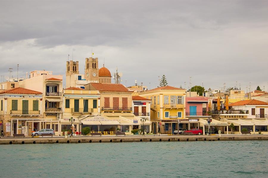 Neoklassizistische Häuser an der Hafenfront in Ägina Stadt © Siegbert Mattheis