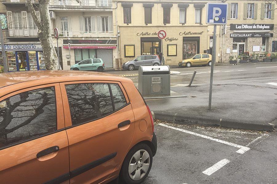 Parken Frankreich gestrichelte weisse Linien © Siegbert Mattheis