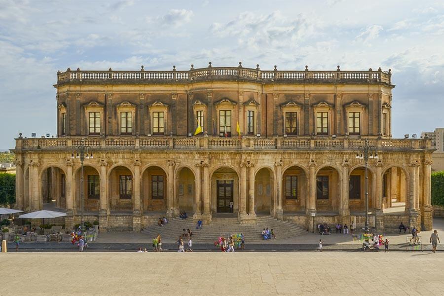 """""""Triumph der Säulen"""": Palazzo Ducezio gegenüber der Kathedrale © Siegbert Mattheis"""