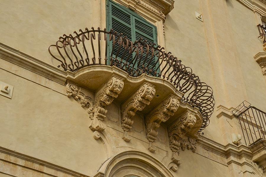 Typisch für den Sizilianischen Barock: aufwändig geschwungene Eisengitter an Balkonen © Siegbert Mattheis
