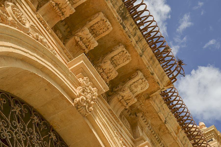 Reichlich mit Akanthusblättern und weiteren Ornamenten verzierter Balkon © Siegbert Mattheis