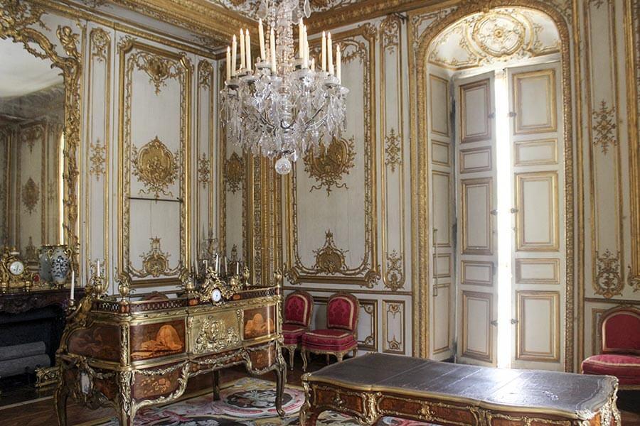 Kaminspiegel links im Arbeitszimmer von Ludwig XIV. im Schloss Versailles © Wikipedia