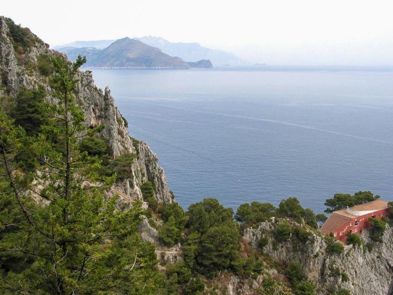 Villa Malaparte, im Hintergrund die Amalfiküste © Wikipedia