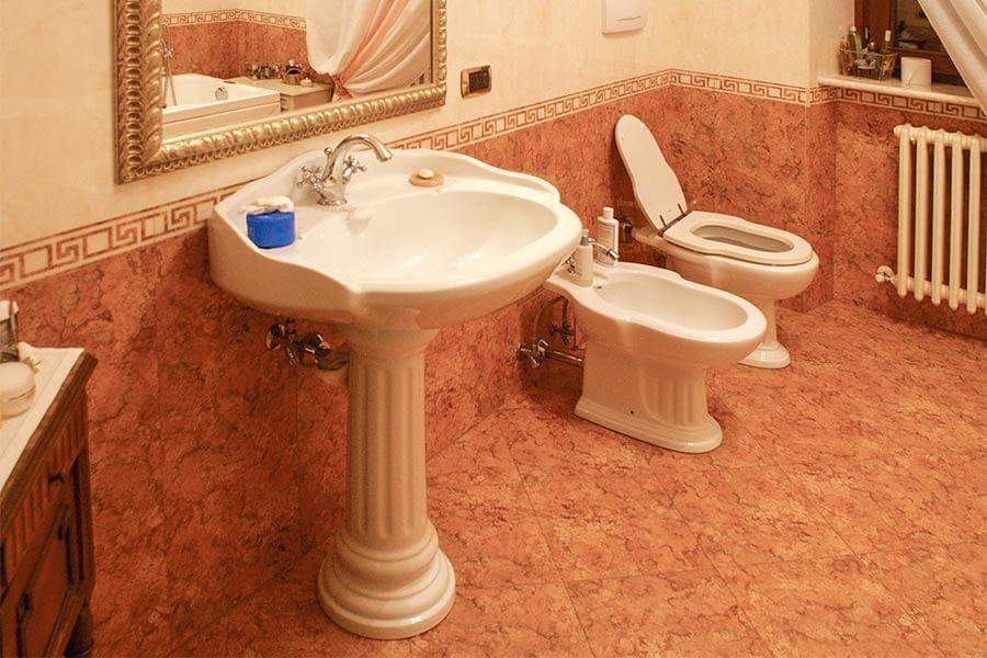 Typisch italienisches Badezimmer mit Bidet in den Marken © Siegbert Mattheis