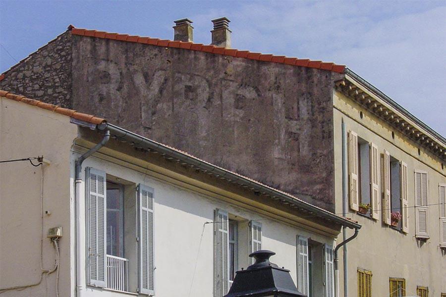 Werbung für BYRRH in Vallauris, hier auch mal an die Schräge der Giebelfront angepasst © Siegbert Mattheis