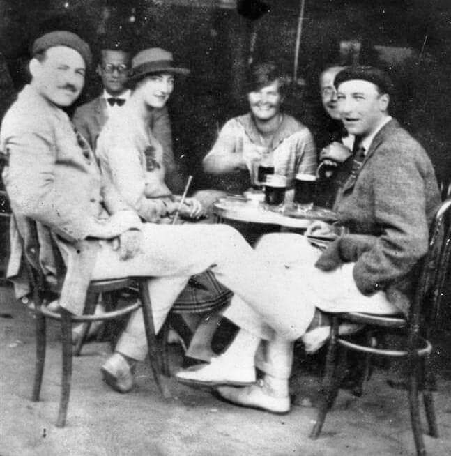 Ernest Hemingway, links, zeigt stolz seine weißen Espadrilles in einer Bar in Pamplon, Foto Wikipadia