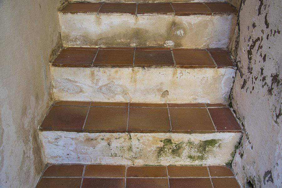 Innentreppe in einem Haus auf Korsika, mit Terrakottafleisen ohne Holzabschluss © Siegbert Mattheis