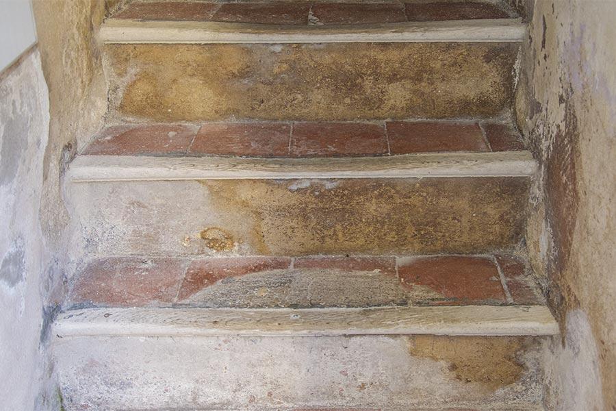 Innentreppe in einem Haus auf Korsika, mit Terrakottafleisen und einem Holzabschluss © Siegbert Mattheis