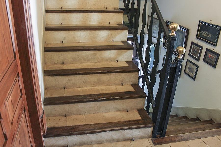 Treppe in Spanien mit Fliesen aus Marmor und Abschlüssen aus hartem Holz © Siegbert Mattheis
