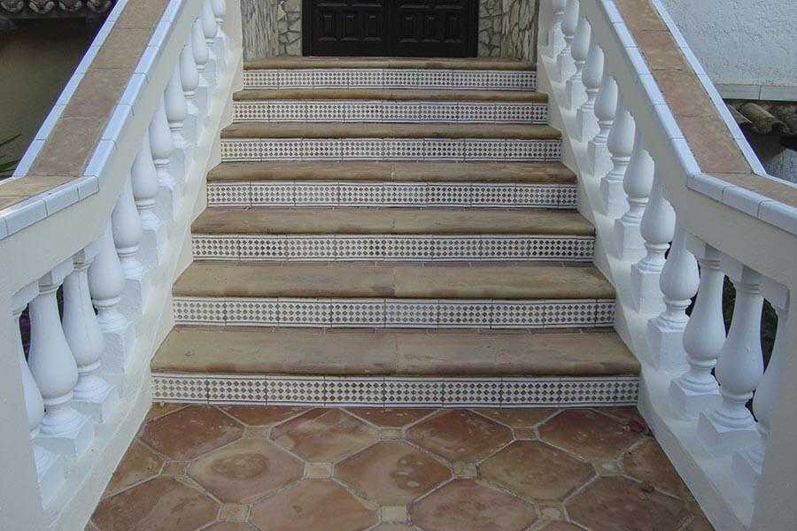 Neuere Treppe auf Mallorca mit Terakottafliesen und Keramik © Siegbert Mattheis
