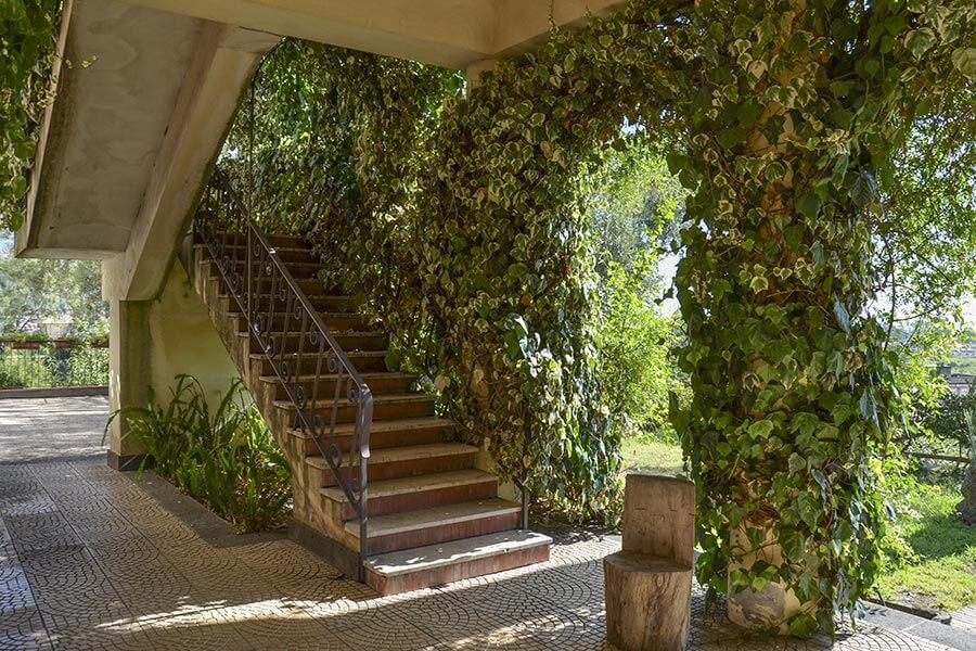 Außentreppe in einem sizilianischen Landhaus: die Stufen aus Marmor, die Vorderseiten aus Terrakottafliesen © Siegbert Mattheis