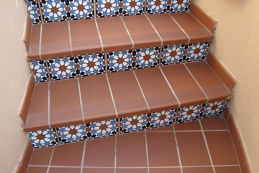 Typisch spanische Treppe mit Terrakottafliesen und andalusischer Keramik auf der Vorderseite © Siegbert Mattheis
