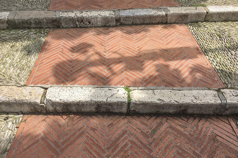 Eine öffentliche Treppe mit schmalen Ziegeln und Naturstein als Abschluss © Siegbert Mattheis