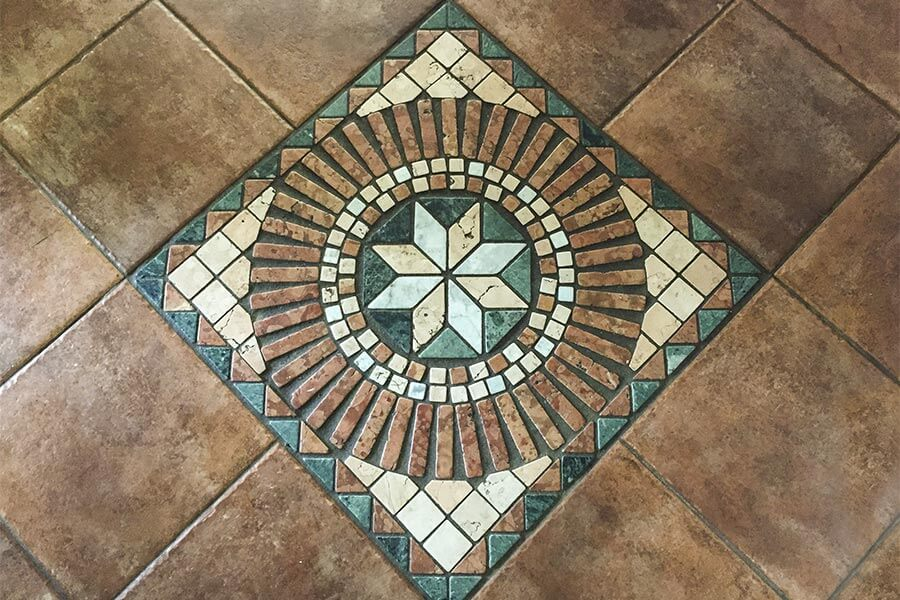 Heutiges Fußbodenmosaik als Dekorationselement in Terrakottafliesen © Siegbert Mattheis