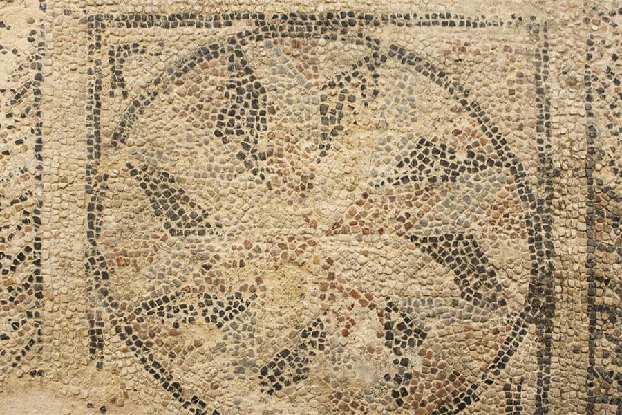 Ein frühes Mosaik aus bearbeiteten farbigen Steinen aus Athen, zu sehen in der U-Bahn-Station Syntagma © Siegbert Mattheis