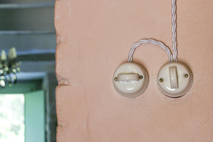Nostalgische Lichtschalter mit den typisch verdrillten Aderpaaren in einem italienischen Landhaus © Siegbert Mattheis