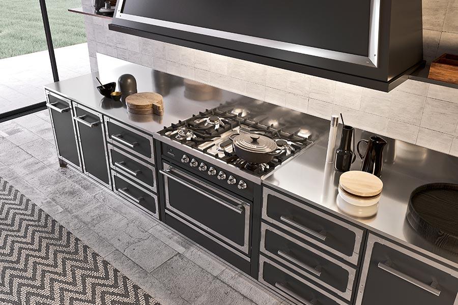 Range Cooker von ILVE, passend dazu ein Le Creuset-Bräter © ILVE