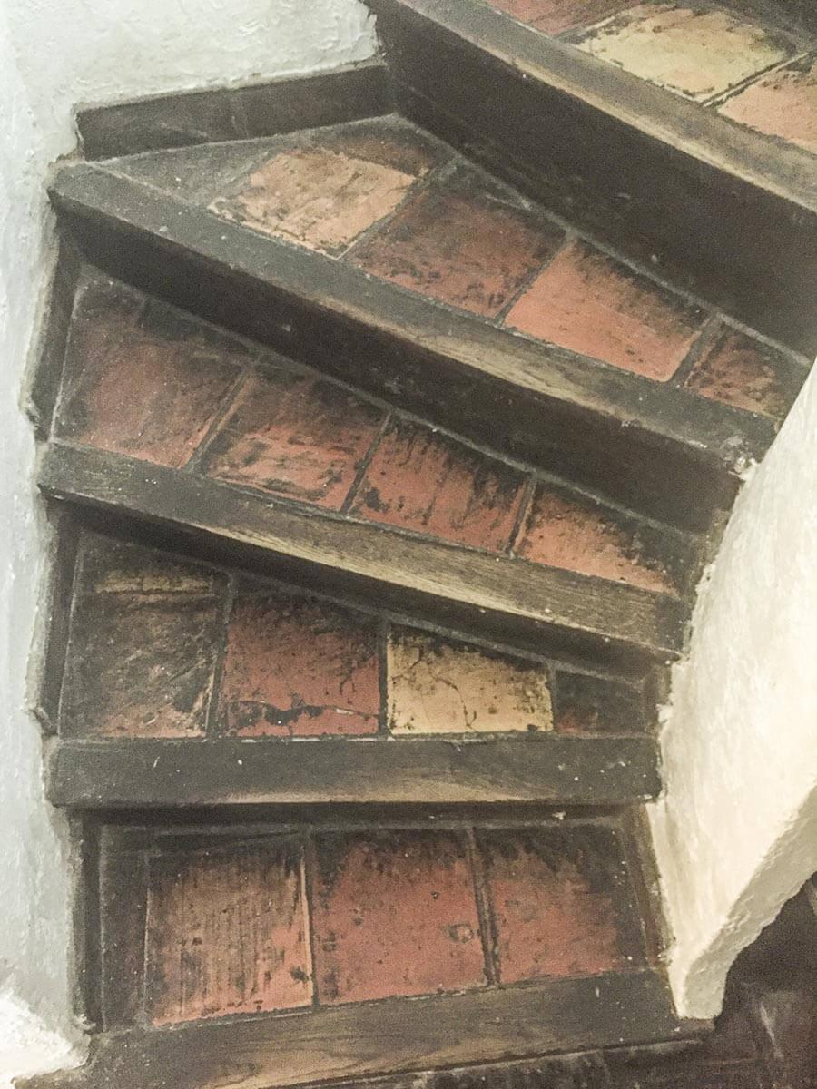 Typisch mediterrane Treppe mit Terrakottafliesen und einem Trittabschluss aus Holz (in Castellet, Südfrankreich) © Siegbert Mattheis